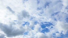 Τα σύννεφα πετούν στα ύψη πέρα από την οθόνη Χρονικό σφάλμα φιλμ μικρού μήκους