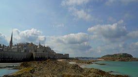 Τα σύννεφα που πετούν πέρα από ένα οχυρό πειρατείας Άγιος-Malo απόθεμα βίντεο