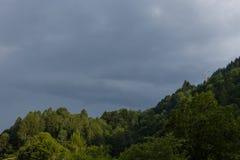 Τα σύννεφα πριν από τη θύελλα βροντής αρχίζουν Στοκ Φωτογραφίες