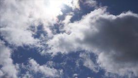 Τα σύννεφα στον ενοχλημένο ουρανό κινούνται φιλμ μικρού μήκους