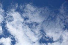 Τα σύννεφα στο μπλε ουρανό Στοκ εικόνα με δικαίωμα ελεύθερης χρήσης