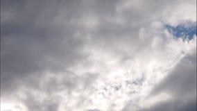 Τα σύννεφα χρονικού σφάλματος, κυλώντας αυξομειούμενο σύννεφο κινούνται, άσπρο χρονικό σφάλμα σύννεφων lightnes απόθεμα βίντεο
