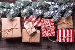 Τα σύνορα από τα κιβώτια δώρων με παρουσιάζουν και διακλαδίζονται δέντρο γουνών Στοκ Φωτογραφίες