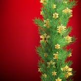 Τα σύνορα Χριστουγέννων φιαγμένα από ρεαλιστικό πεύκο κοιτάγματος διακλαδίζονται με χρυσά snowflakes φύλλων αλουμινίου στο κόκκιν ελεύθερη απεικόνιση δικαιώματος