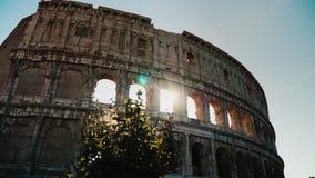 Τα σύνολα ήλιων πέρα από τη διάσημη σύγκρουση στη Ρώμη Φως του ήλιου μέσω των αψίδων steadicam πυροβολισμός απόθεμα βίντεο