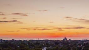 Τα σύνολα ήλιων πέρα από τον ορίζοντα, τα φω'τα των σπιτιών ανάβουν επάνω Ημέρα στη νύχτα timelapse Ηλιοβασίλεμα στην πόλη απόθεμα βίντεο