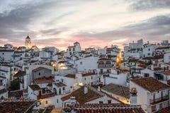 Τα σύνολα ήλιων σε ένα ισπανικό άσπρο χρωματισμένο χωριό στοκ εικόνες