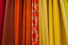 Τα σύνολα σύστασης υφασμάτων κρεμούν στο trempel στο ντουλάπι Στοκ εικόνες με δικαίωμα ελεύθερης χρήσης