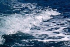 Τα σύροντας κύματα πίσω από τη βάρκα Στοκ Εικόνα