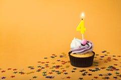 Τα τέταρτα γενέθλια cupcake με το κερί και ψεκάζουν Στοκ φωτογραφία με δικαίωμα ελεύθερης χρήσης