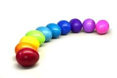 τα τακτοποιημένα αυγά Πάσχας καλαθιών κοντά ζωηρόχρωμα δίνουν στην εικόνα σανού το φυσικό χρωματισμένο ουράνιο τόξο επάνω Στοκ φωτογραφίες με δικαίωμα ελεύθερης χρήσης