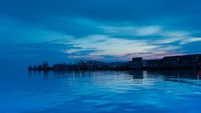 Τα ταϊλανδικά παραδοσιακά αλιευτικά σκάφη σταθμεύουν στον κόλπο Sattihip λιμενοβραχιόνων σε μια ημέρα βραδιού απόθεμα βίντεο
