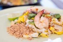Τα ταϊλανδικά, ταϊλανδικά τρόφιμα μαξιλαριών ανακατώνουν τα νουντλς τηγανητών με τις γαρίδες Στοκ Φωτογραφίες