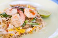 Τα ταϊλανδικά, ταϊλανδικά τρόφιμα μαξιλαριών ανακατώνουν τα νουντλς τηγανητών με τις γαρίδες Στοκ εικόνες με δικαίωμα ελεύθερης χρήσης
