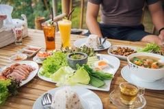 Τα ταϊλανδικά τρόφιμα στον πίνακα τρώνε έχουν μια πάπια ψητού, Nam prik, μανιτάρι στοκ εικόνες με δικαίωμα ελεύθερης χρήσης