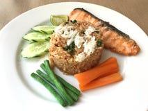 Τα ταϊλανδικά τρόφιμα ύφους, τηγανισμένο ρύζι με την κόλλα τσίλι ολοκλήρωσαν με το καβούρι στοκ εικόνες