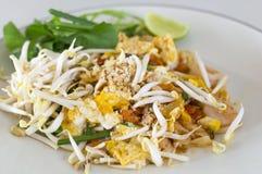 Τα ταϊλανδικά ανακατώνω-τηγανισμένα νουντλς ρυζιού μαξιλαριών, ανακατώνουν τα νουντλς τηγανητών με τις γαρίδες Στοκ φωτογραφία με δικαίωμα ελεύθερης χρήσης