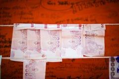 Τα ταϊλανδικά μετρητά για δίνουν στον ταϊλανδικό ναό Στοκ φωτογραφία με δικαίωμα ελεύθερης χρήσης