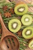 Τα τεμαχισμένα φρούτα ακτινίδιων με ένα ξύλινο κουτάλι, κλείνουν επάνω Στοκ εικόνα με δικαίωμα ελεύθερης χρήσης