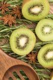 Τα τεμαχισμένα φρούτα ακτινίδιων με ένα ξύλινο κουτάλι, κλείνουν επάνω Στοκ εικόνες με δικαίωμα ελεύθερης χρήσης