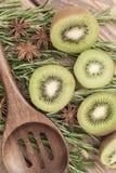 Τα τεμαχισμένα φρούτα ακτινίδιων με ένα ξύλινο κουτάλι, κλείνουν επάνω Στοκ Εικόνες