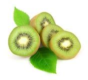 Τα τεμαχισμένα φρούτα ακτινίδιων με βγάζουν φύλλα Στοκ Εικόνες