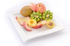 Τα τεμαχισμένα φρούτα στο πιάτο, κλείνουν επάνω Στοκ εικόνα με δικαίωμα ελεύθερης χρήσης