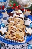 Τα τεμαχισμένα Χριστούγεννα το κέικ στο μπλε πιάτο Στοκ εικόνα με δικαίωμα ελεύθερης χρήσης