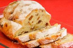 Τα τεμαχισμένα Χριστούγεννα το κέικ φρούτων Στοκ φωτογραφία με δικαίωμα ελεύθερης χρήσης
