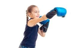 Τα τεντώματα μικρών κοριτσιών μπροστινά παραδίδουν τα μεγάλα ενήλικα εγκιβωτίζοντας γάντια Στοκ Εικόνα