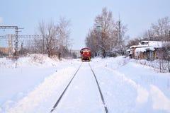 Τα τεντώματα σιδηροδρόμου στην απόσταση χιόνι Χειμώνας Ηλεκτρική ατμομηχανή στον τρόπο στοκ φωτογραφίες