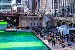 Τα τεράστια πλήθη συλλέγουν για να γιορτάσουν πολύ πράσινο ημερησίως του ST Πάτρικ στοκ φωτογραφίες