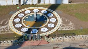 Τα τεράστια ρολόγια σε υπαίθριο φιαγμένο από λουλούδια στην κύρια ανεξαρτησία τακτοποιούν στο Κίεβο ως σύμβολο της αιωνιότητας κο απόθεμα βίντεο