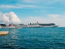 Τα τεράστια σκάφη της γραμμής κρουαζιέρας δένονται στην αποβάθρα στη διάσπαση στοκ εικόνες με δικαίωμα ελεύθερης χρήσης
