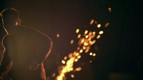 Τα τεχνάσματα των πολεμικών τεχνών στην πόλη νύχτας, εξαπατούν το λάκτισμα κάνουν τούμπα στον αέρα, σε αργή κίνηση φιλμ μικρού μήκους