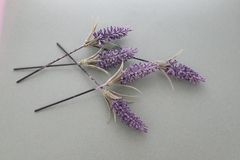 Τα τεχνητά λουλούδια διέσχισαν το ένα το άλλο lavender μυρωδιά και χρώμα στοκ εικόνες