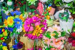 Τα τεχνητά λουλούδια, που γίνονται από τα υλικά διαφορετικά αναμνηστικά και Στοκ φωτογραφία με δικαίωμα ελεύθερης χρήσης