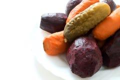 Τα τεύτλα, καρότα βρίσκονται ενωμένα στενά σε ένα άσπρο πιάτο Άσπρη ανασκόπηση ΗΠΑ Στοκ Φωτογραφία