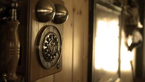 Τα τηγάνια καμερών στην παλαιά παλαιά γραμμή εδάφους τηλεφωνούν στο σπίτι χωρών - έκδοση σεπιών απόθεμα βίντεο