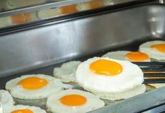 Τα τηγανισμένα αυγά εξυπηρετούν για το πρόγευμα Στοκ Φωτογραφίες