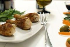Τα τηγανισμένα πόδια κοτόπουλου με διακοσμούν σε ένα πιάτο στοκ φωτογραφία με δικαίωμα ελεύθερης χρήσης