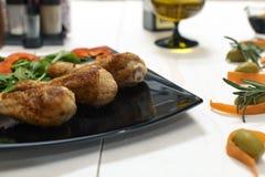 Τα τηγανισμένα πόδια κοτόπουλου με διακοσμούν σε ένα πιάτο στοκ εικόνες