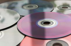 Τα τηλεοπτικά και ακουστικά CD στον πίνακα στοκ φωτογραφία με δικαίωμα ελεύθερης χρήσης