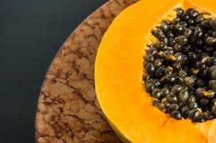Τα της Χαβάης papaya φρούτα που κόβονται στο μισό με τους σπόρους, κλείνουν επάνω Στοκ Φωτογραφία