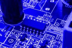 Τα τμήματα ηλεκτρονικής στη σύγχρονη μητρική κάρτα υπολογιστών PC με το συνδετήρα RAM αυλακώνουν και την υποδοχή ΚΜΕ Στοκ Εικόνες