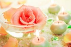 Τα τμήματα SPA αυξήθηκαν αλατισμένα αρωματικά κεριά λουτρών λουλουδιών Στοκ εικόνα με δικαίωμα ελεύθερης χρήσης