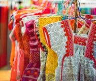Τα τοπικά ενδύματα της δυτικής Ταϊλάνδης, πολλά χρωματίζουν, ζωηρόχρωμα ενδύματα, τοπική μόδα στοκ φωτογραφία με δικαίωμα ελεύθερης χρήσης