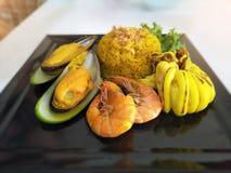 Τα τοπ θαλασσινά άποψης τηγάνισαν το ρύζι με τις γαρίδες, το μεγάλα μύδι και το καλαμάρι στο πιάτο Στοκ Εικόνες