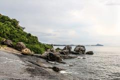 Τα τρέχοντα κύματα θάλασσας και οι όμορφες πέτρες Στοκ φωτογραφίες με δικαίωμα ελεύθερης χρήσης