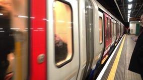 Τα τραίνα Μετρό του Λονδίνου αναχωρούν και φθάνουν στο σταθμό Paddington απόθεμα βίντεο